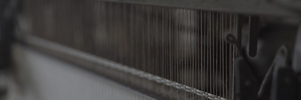 泥染めを終えた「い草」は年代物の機械でカタカタと織られ畳表になります